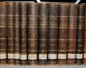 Une rangée de livres anciens de la bibliothèque